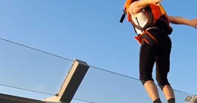 екатеринбург экстремал прыгнул небоскреб высокий видео