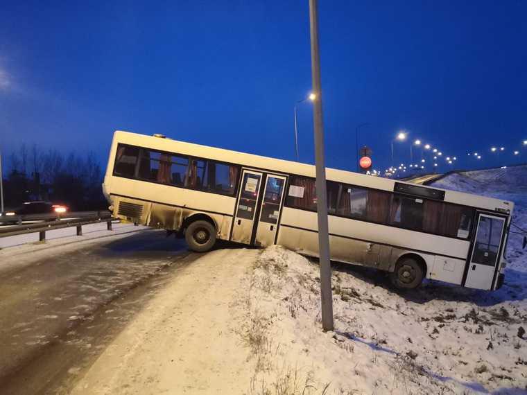 В Пермском крае автобус с пассажирами вылетел в кювет. Фото