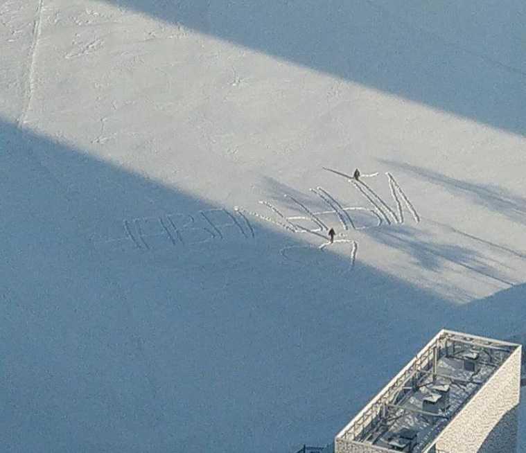 Рабочие с лопатами уничтожили надпись «Навальный» на льду Исети. Фото, видео