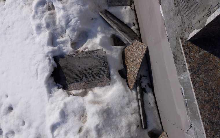 В курганском городе на новой набережной отпала плитка. Фото