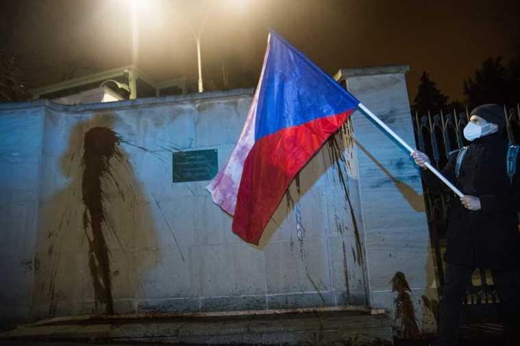 Посольство России в Чехии облили кетчупом. Фото