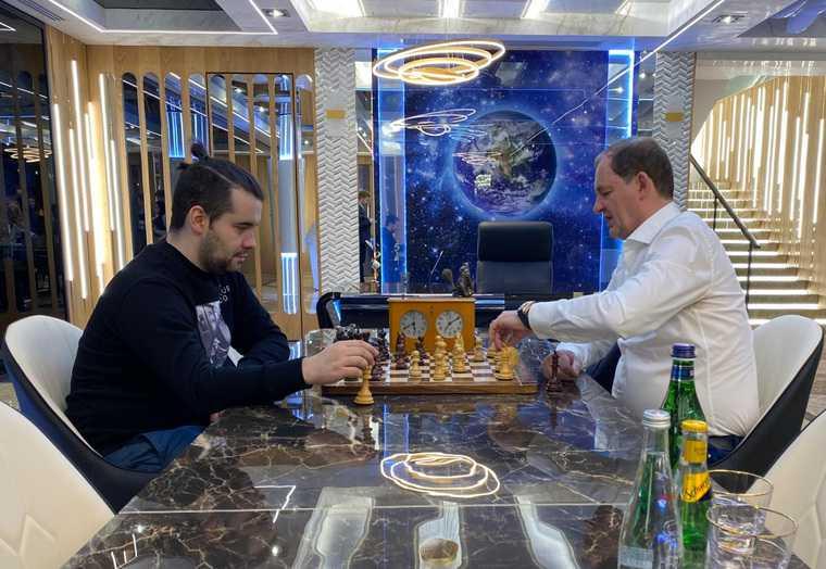Симановский сыграл партию с претендентом на шахматную корону. Фото, видео