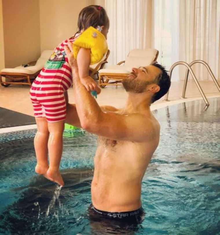 СМИ показали роскошный коттедж Эмина Агаларова. «Золотой декор и бассейн с панорамными окнами». Фото