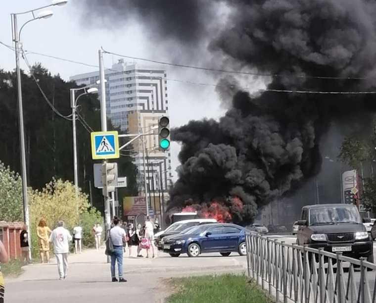 В Перми пассажирский автобус загорелся на остановке. Фото, видео