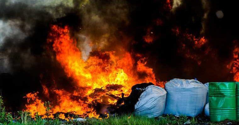 мэр Карпинска тушил пожар в городе