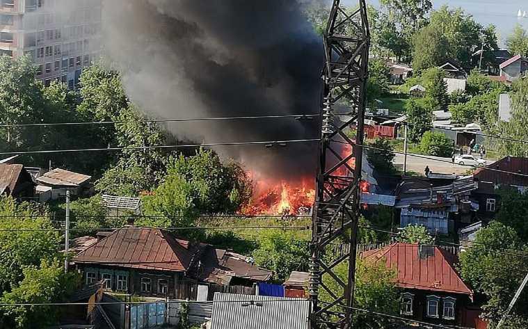В Екатеринбурге горит частный сектор. Фото